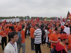Wandelaars wachten op de start